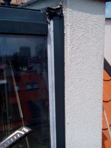 400, -Kč  15 €  1 hod. Oprava zatékajících oken v novostavbě Bratislava výškové práce www.hajman.eu 4