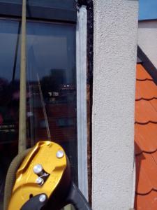 400, -Kč  15 €  1 hod. Oprava zatékajících oken v novostavbě Bratislava výškové práce www.hajman.eu 6